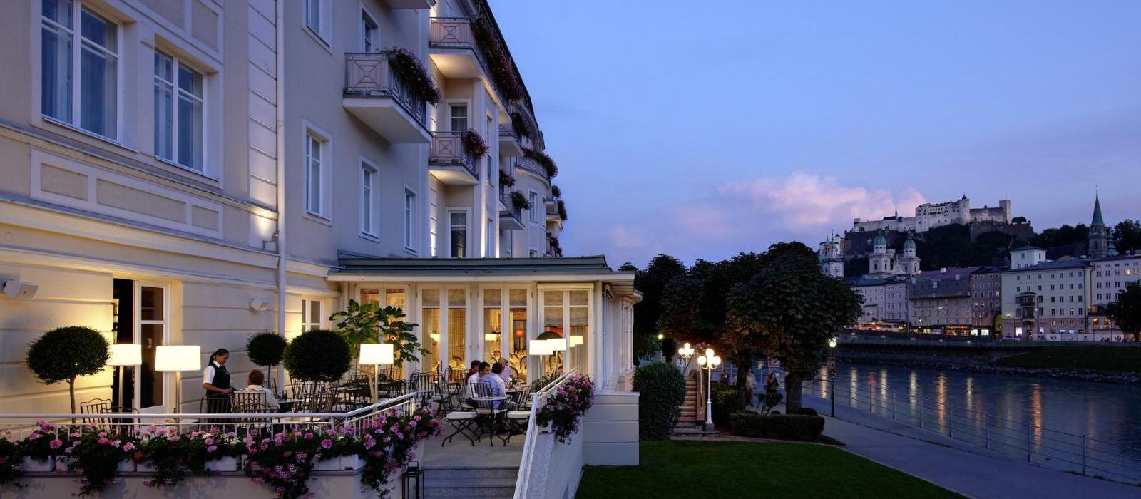 萨尔茨堡萨赫酒店(Hotel Sacher Salzburg) Sacher Bar 露台夜景图片  www.lhw.cn